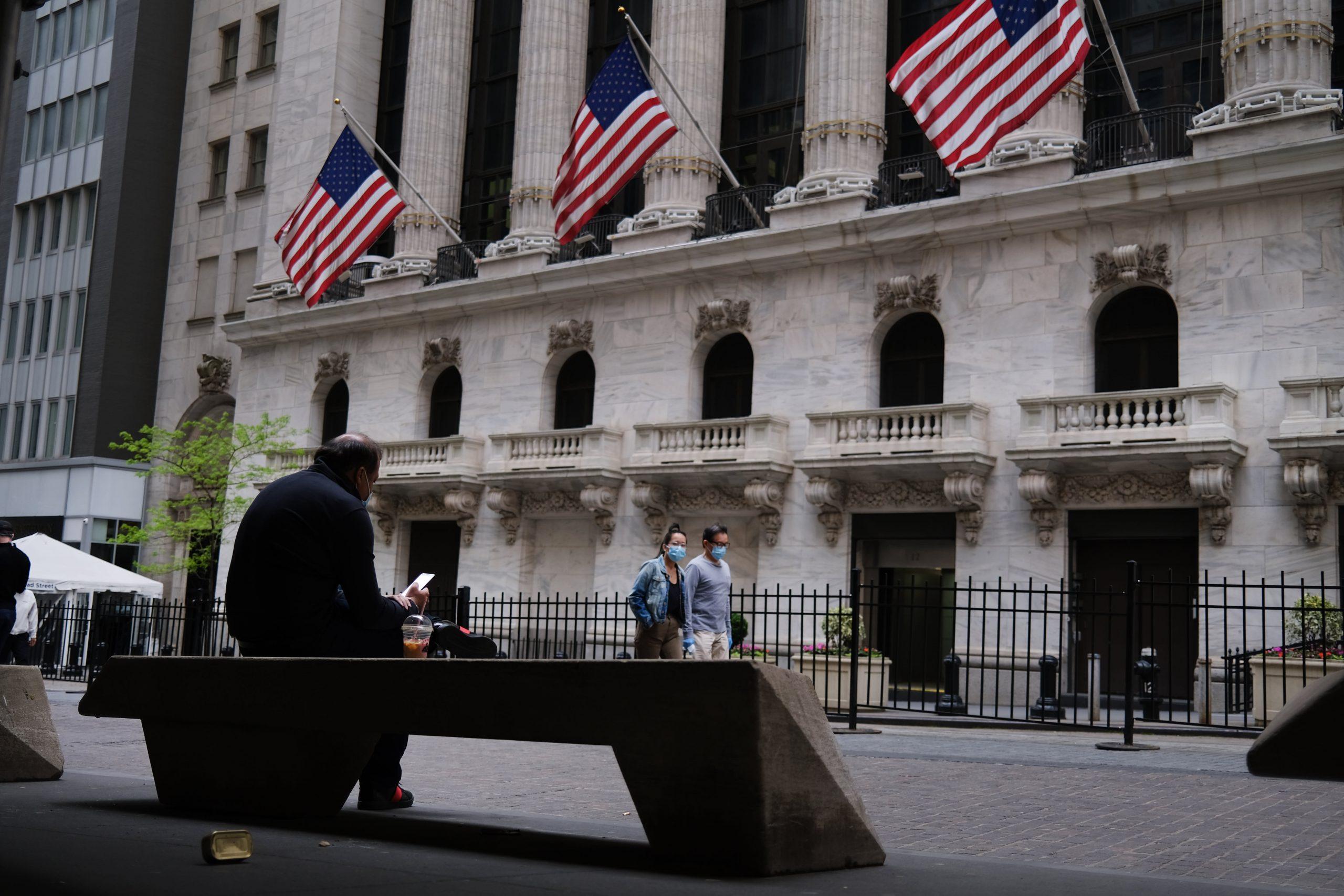 Choppy trading, banks jump, travel stocks lower